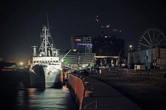 :: EVENT :: Reflektor »Nils Frahm«: Zum »Reflektor Nils Frahm« legt das Schiff in unmittelbarer Nähe der Elbphilharmonie an.
